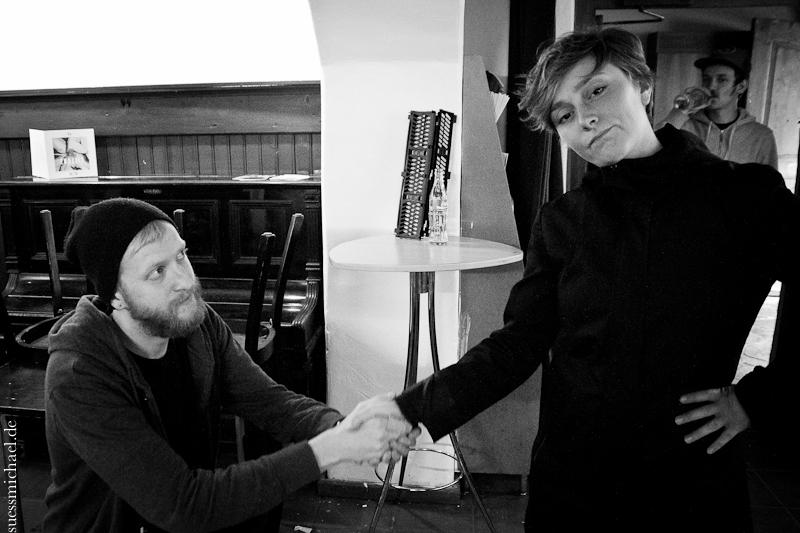 2012-09-22 shaking hands ©